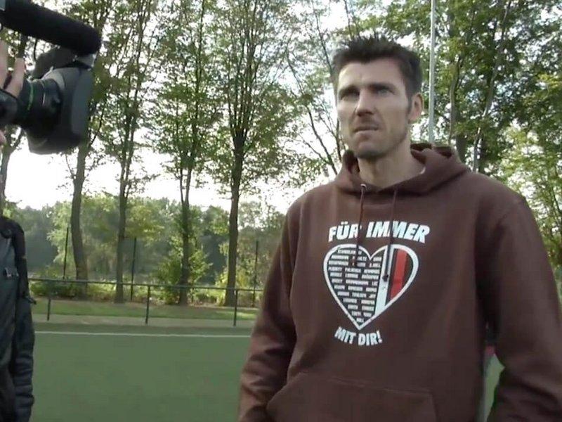 Fabian Boll vom FC St. Pauli bei der Videoproduktion zu seinem Abschiedsspiel