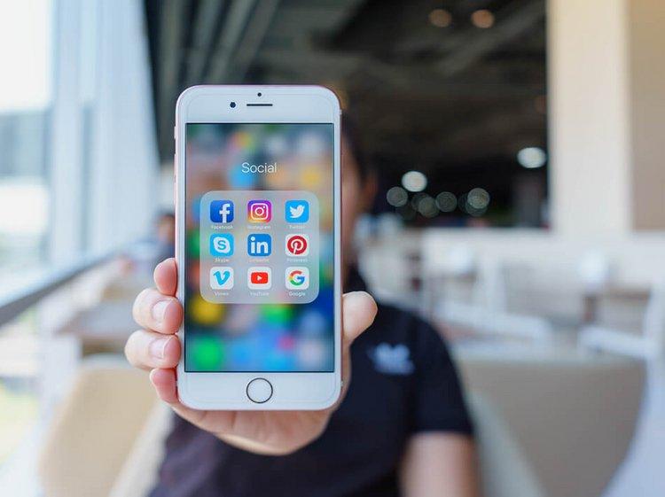 Smartphone mit Social Media - Die Logistik erobert die Sozialen Medien