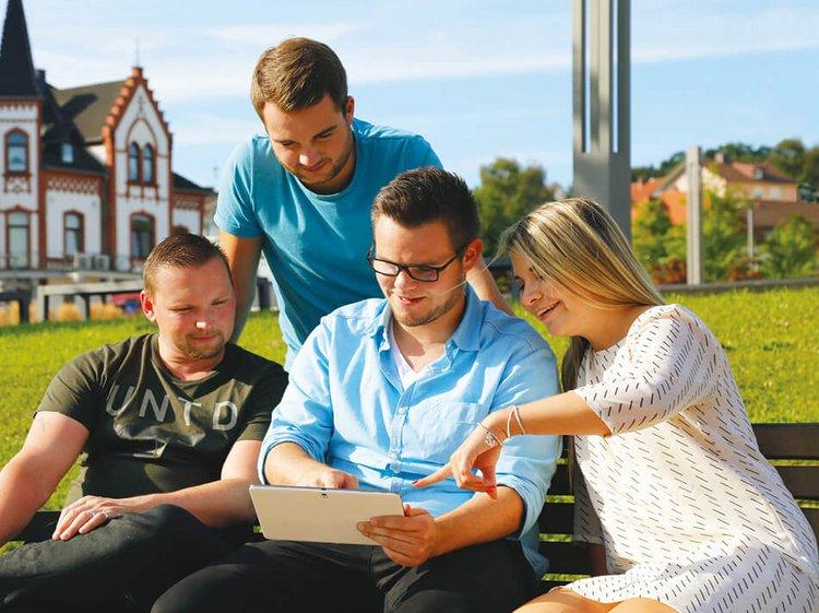 GLS Auszubildende mit Tablet - Neue Karriere Microsite für GLS