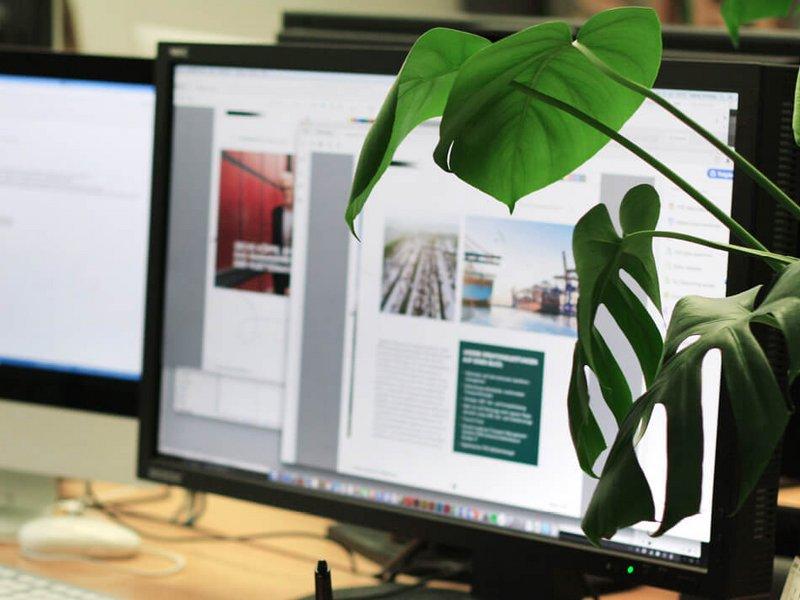 Bildschirm mit Huettemann Website - Logistikdienstleister relauncht neues Corporate Design