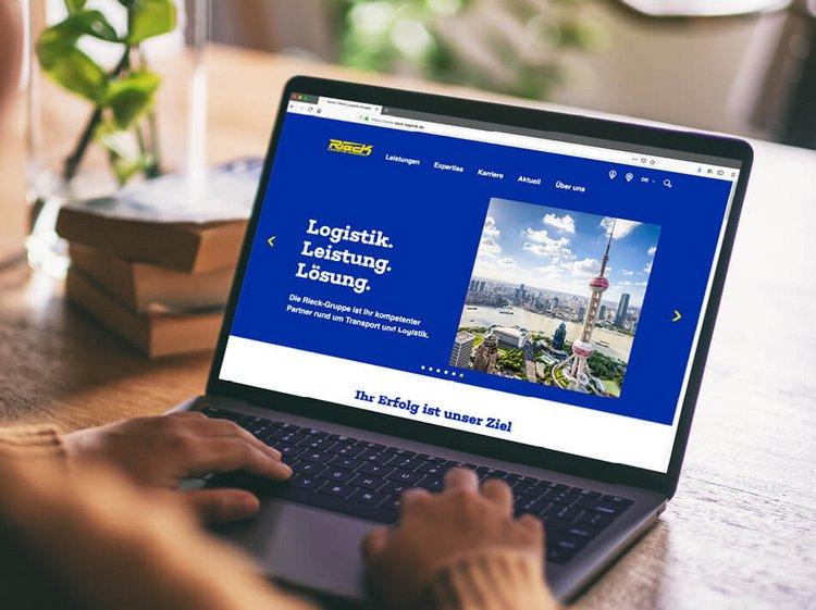 Laptop mit neuer optimierter Website der Rieck Logistik-Gruppe